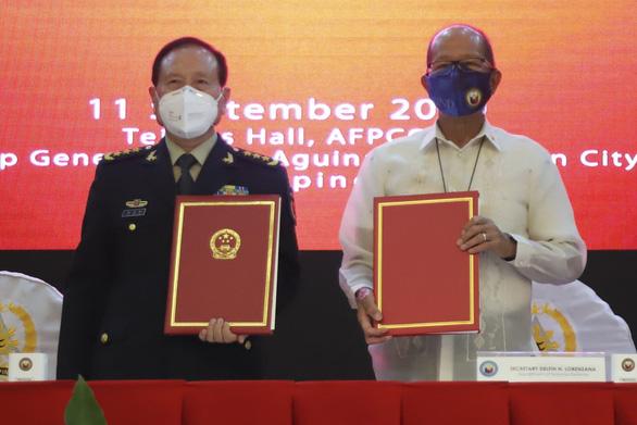 Trung Quốc tặng Philippines 20 triệu USD thiết bị phi chiến đấu - Ảnh 1.