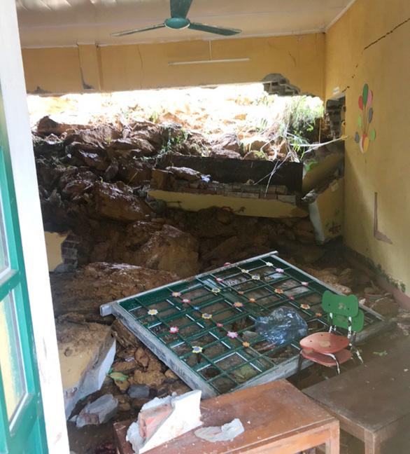 Bốn trường học ở Lào Cai bị đổ tường, đất đá tràn vào lớp - Ảnh 2.