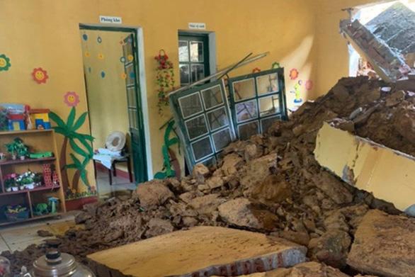 Bốn trường học ở Lào Cai bị đổ tường, đất đá tràn vào lớp - Ảnh 1.