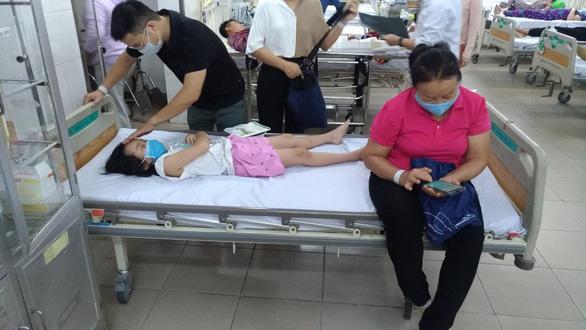 98 học sinh tiểu học TP.HCM nghi bị ngộ độc thực phẩm - Ảnh 2.