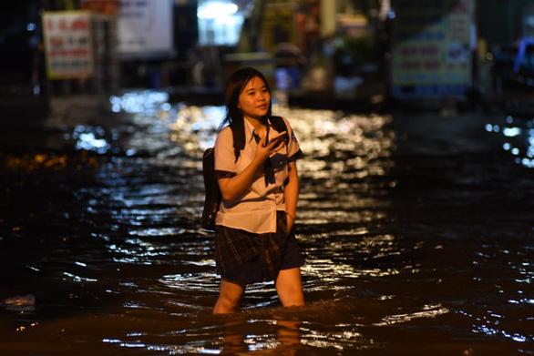 TP.HCM mưa liên tục nhiều giờ, dân bì bõm lội nước trên hàng loạt tuyến đường - Ảnh 7.
