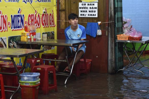TP.HCM mưa liên tục nhiều giờ, dân bì bõm lội nước trên hàng loạt tuyến đường - Ảnh 9.