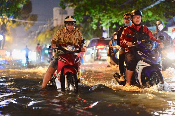 TP.HCM mưa liên tục nhiều giờ, dân bì bõm lội nước trên hàng loạt tuyến đường - Ảnh 8.