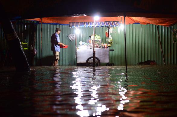 TP.HCM mưa liên tục nhiều giờ, dân bì bõm lội nước trên hàng loạt tuyến đường - Ảnh 3.