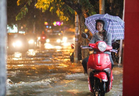 TP.HCM mưa liên tục nhiều giờ, dân bì bõm lội nước trên hàng loạt tuyến đường - Ảnh 4.