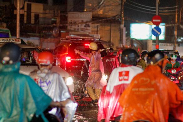 TP.HCM mưa liên tục nhiều giờ, dân bì bõm lội nước trên hàng loạt tuyến đường - Ảnh 5.