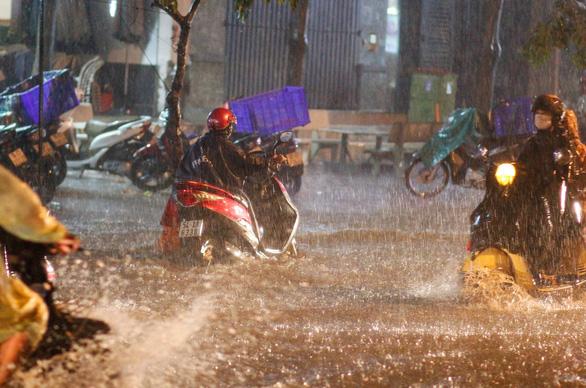 TP.HCM mưa liên tục nhiều giờ, dân bì bõm lội nước trên hàng loạt tuyến đường - Ảnh 6.