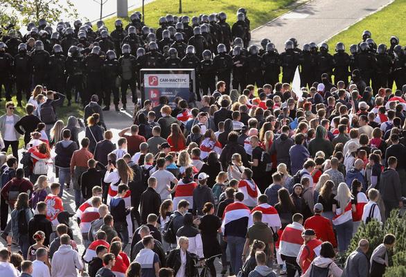 Người ủng hộ phe đối lập lại rầm rộ biểu tình phản đối Tổng thống Lukashenko - Ảnh 1.