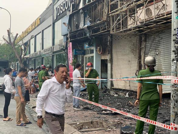 Chi nhánh ngân hàng Eximbank và nhà bên cạnh cháy dữ dội lúc rạng sáng - Ảnh 3.