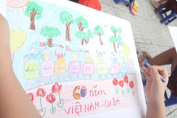 In sách ảnh Việt Nam - Cuba thắm tình đoàn kết từ tranh thiếu nhi - Ảnh 4.