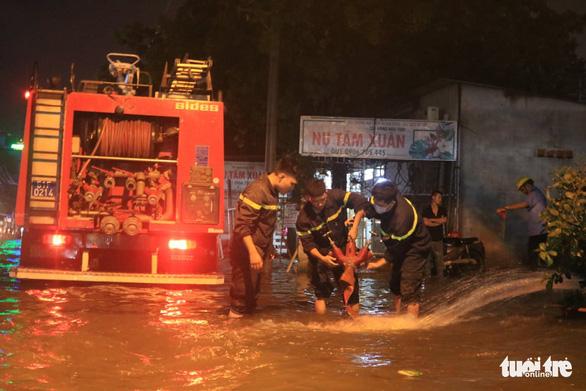 TP.HCM ứng cứu khẩn cấp trạm điện bị nước xâm nhập sau mưa lớn - Ảnh 1.