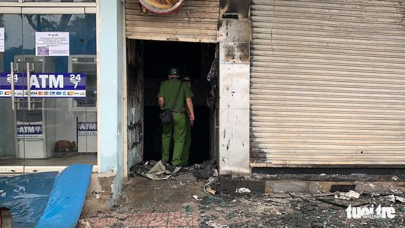 Chi nhánh ngân hàng Eximbank và nhà bên cạnh cháy dữ dội lúc rạng sáng - Ảnh 4.