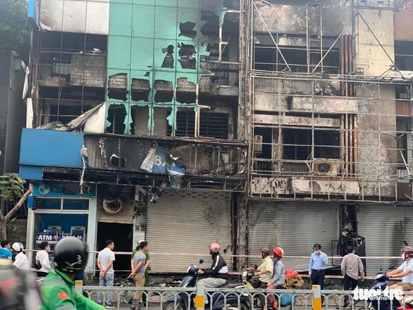 Chi nhánh ngân hàng Eximbank và nhà bên cạnh cháy dữ dội lúc rạng sáng - Ảnh 5.