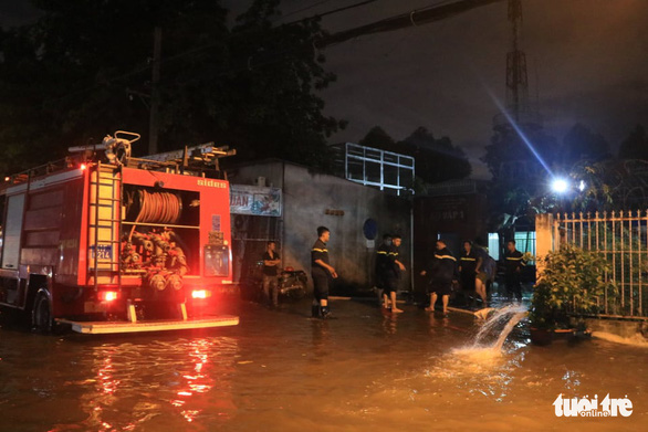 TP.HCM ứng cứu khẩn cấp trạm điện bị nước xâm nhập sau mưa lớn - Ảnh 4.