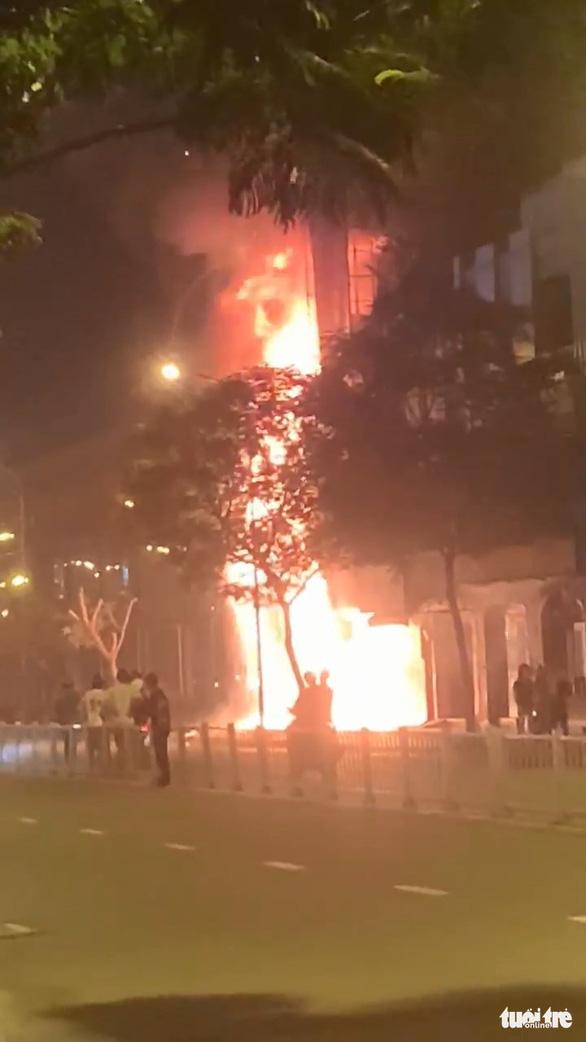 Chi nhánh ngân hàng Eximbank và nhà bên cạnh cháy dữ dội lúc rạng sáng - Ảnh 6.