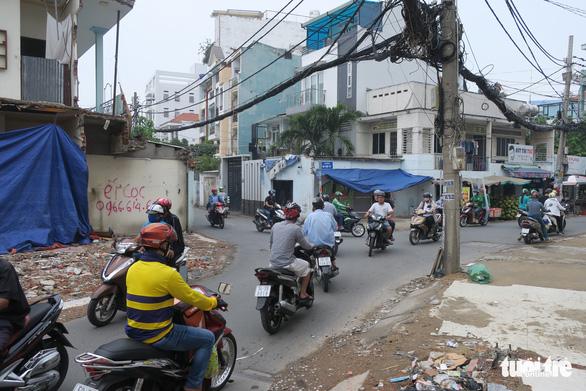 Các hộ dân tháo dỡ nhà, mở rộng nút cổ chai đường Bùi Đình Túy - Ảnh 8.