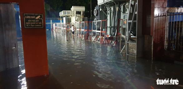 TP.HCM ứng cứu khẩn cấp trạm điện bị nước xâm nhập sau mưa lớn - Ảnh 3.