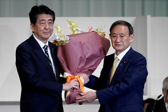 Yoshihide Suga: Bàn tay trắng và 6 đôi giày mòn bước lên đỉnh cao chính trường Nhật - Ảnh 1.
