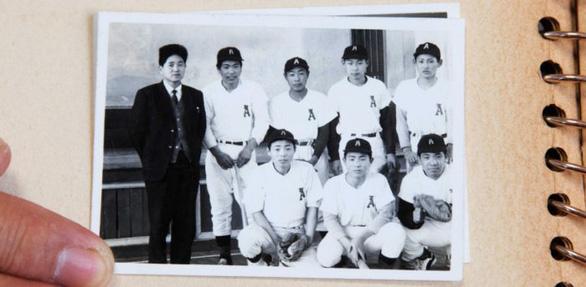 Yoshihide Suga: Bàn tay trắng và 6 đôi giày mòn bước lên đỉnh cao chính trường Nhật - Ảnh 3.