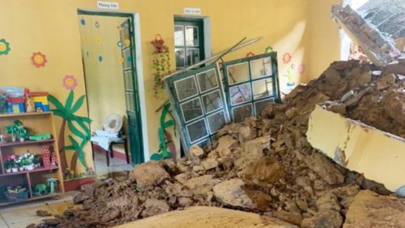 Sạt lở đất làm sập phòng học: Mượn nhà dân làm phòng học tạm - Ảnh 1.
