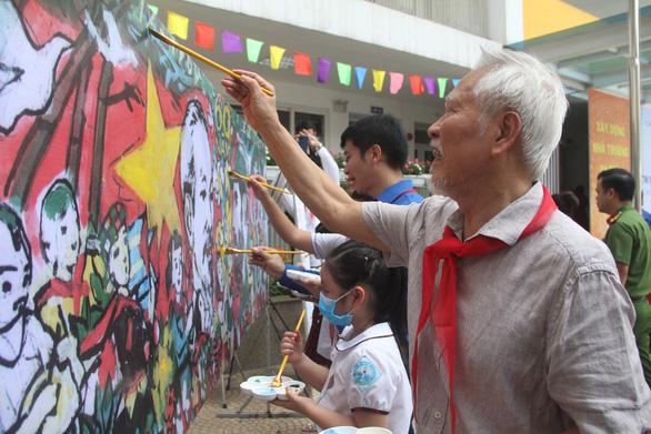 In sách ảnh 'Việt Nam - Cuba thắm tình đoàn kết' từ tranh thiếu nhi
