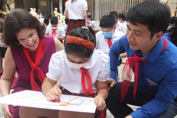 In sách ảnh Việt Nam - Cuba thắm tình đoàn kết từ tranh thiếu nhi - Ảnh 3.