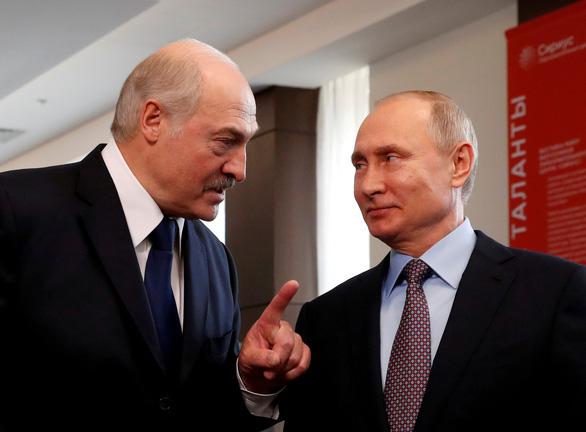 Tổng thống Belarus đến Nga, Putin cho vay 1,5 tỉ USD đối phó khủng hoảng - Ảnh 1.
