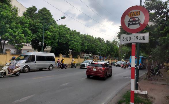 Hà Nội cấm taxi, xe hợp đồng trên 10 tuyến phố - Ảnh 1.