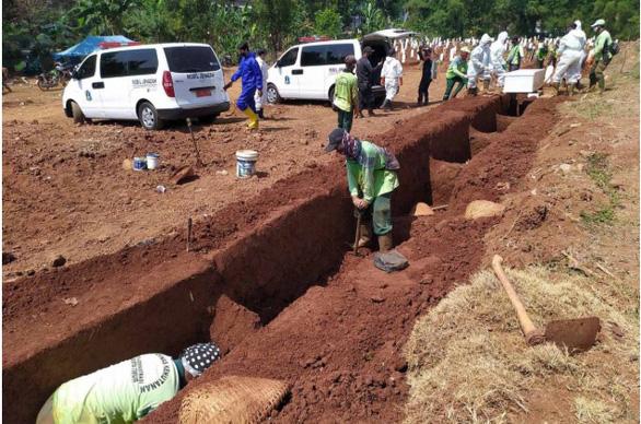 Indonesia: Không đeo khẩu trang, bị phạt đào huyệt chôn người chết vì COVID-19 - Ảnh 1.