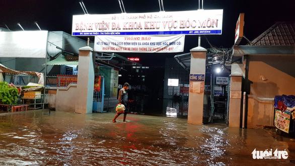 Đêm cấp cứu trong nước ngập lênh láng ở Bệnh viện Hóc Môn - Ảnh 4.