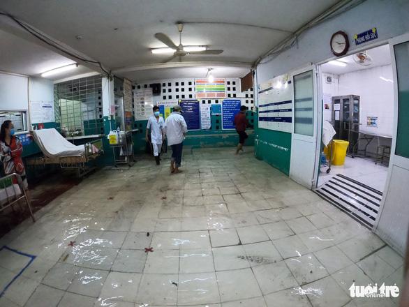 Đêm cấp cứu trong nước ngập lênh láng ở Bệnh viện Hóc Môn - Ảnh 6.