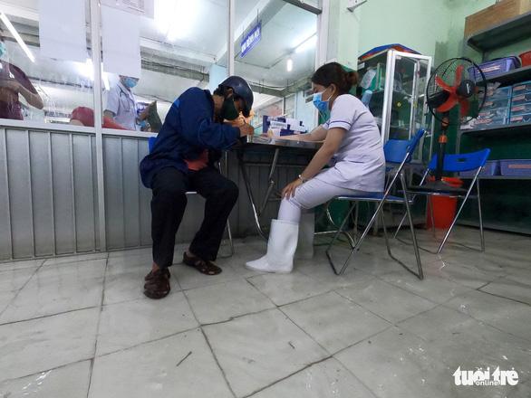 Đêm cấp cứu trong nước ngập lênh láng ở Bệnh viện Hóc Môn - Ảnh 7.
