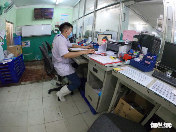 Đêm cấp cứu trong nước ngập lênh láng ở Bệnh viện Hóc Môn - Ảnh 8.