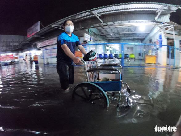 Đêm cấp cứu trong nước ngập lênh láng ở Bệnh viện Hóc Môn - Ảnh 9.