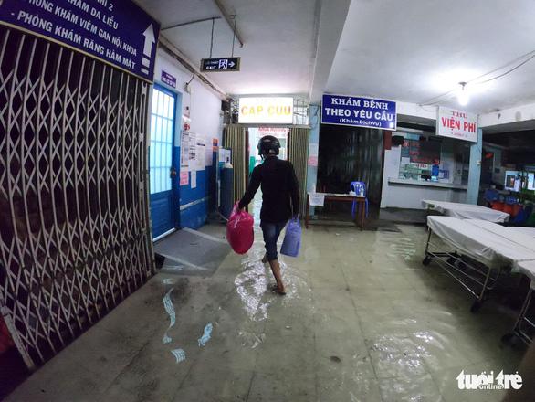Đêm cấp cứu trong nước ngập lênh láng ở Bệnh viện Hóc Môn - Ảnh 10.