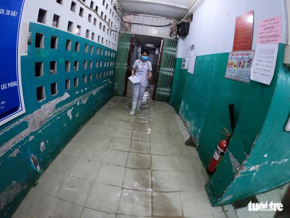 Đêm cấp cứu trong nước ngập lênh láng ở Bệnh viện Hóc Môn - Ảnh 2.