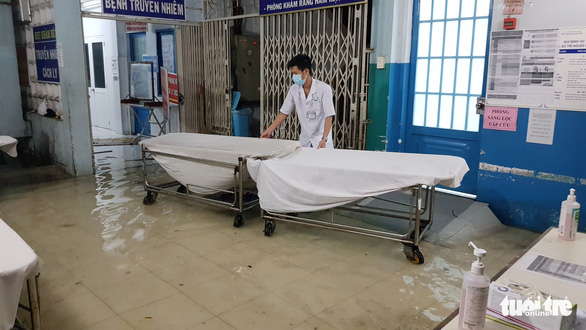 Đêm cấp cứu trong nước ngập lênh láng ở Bệnh viện Hóc Môn - Ảnh 11.