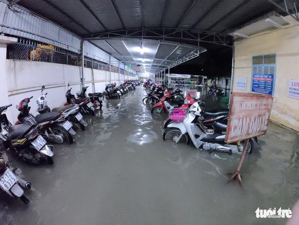 Đêm cấp cứu trong nước ngập lênh láng ở Bệnh viện Hóc Môn - Ảnh 12.
