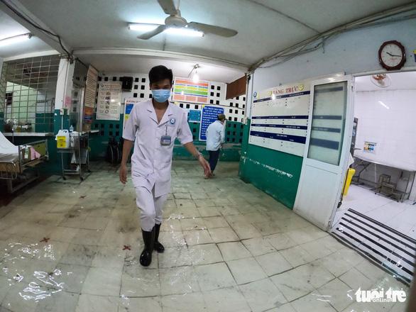 Đêm cấp cứu trong nước ngập lênh láng ở Bệnh viện Hóc Môn - Ảnh 5.