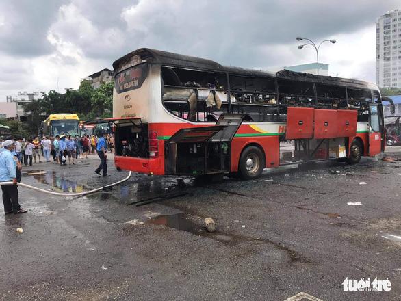 Xe khách cháy rụi trong bến xe miền Đông - Ảnh 1.