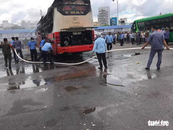 Xe khách cháy rụi trong bến xe miền Đông - Ảnh 2.