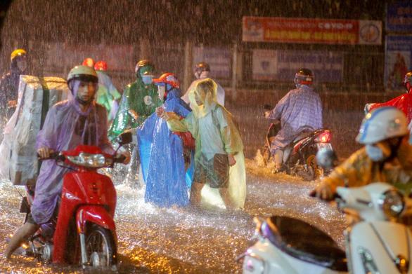 Nam Bộ tiếp tục có mưa lớn, Bắc Bộ cảnh giác lũ - Ảnh 1.
