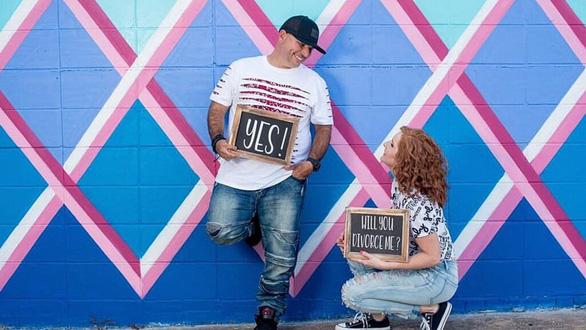 Cặp đôi Mỹ rủ nhau đi chụp hình kỷ niệm... ngày ly dị - Ảnh 1.