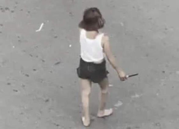 Người phụ nữ nghi ngáo đá cầm dao đứng giữa ngã tư tự đâm mình - Ảnh 1.