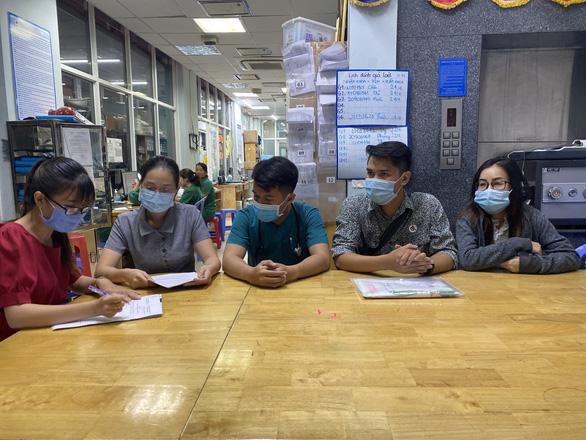 Bé 1,4kg bị bỏ trước cổng chùa An Lạc được cha mẹ đến xin nhận lại - Ảnh 3.