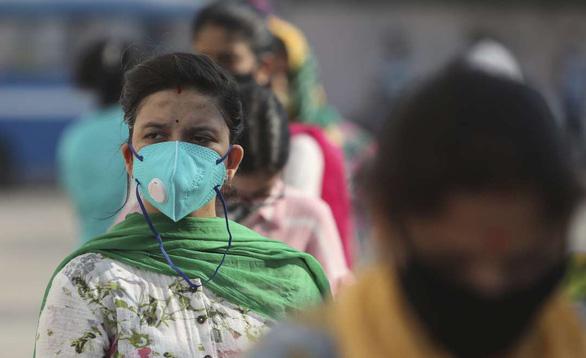 Mỗi ngày cả trăm ngàn ca COVID-19 mới, Ấn Độ vẫn nới lỏng hạn chế phòng dịch - Ảnh 1.