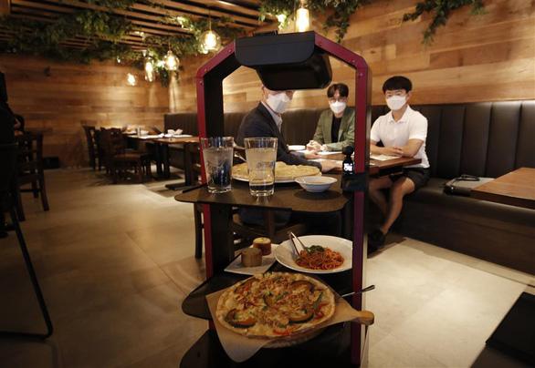 Để khách thấy an tâm mùa dịch, nhà hàng thuê robot phục vụ - Ảnh 1.