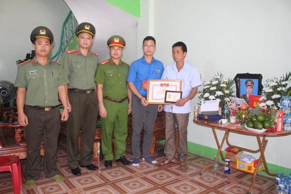 Truy tặng huy hiệu Tuổi trẻ dũng cảm cho chiến sĩ cảnh sát cơ động ở Bắc Giang - Ảnh 1.