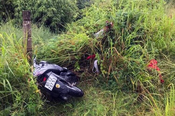 Bị các 'hiệp sĩ truy lùng, băng cướp bỏ lại xe máy đã lấy được - Ảnh 1.