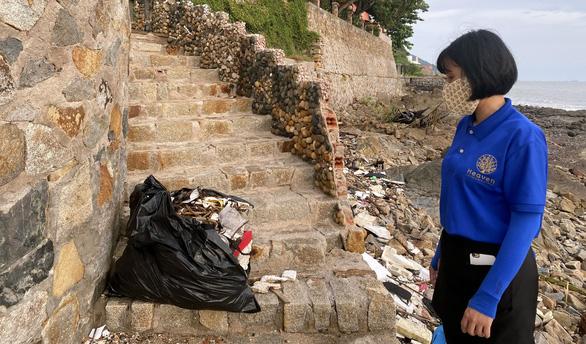 Thu hồi giấy kinh doanh quán cà phê có nhân viên đẩy rác xuống biển - Ảnh 1.